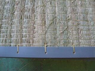 畳床の端っこにプラスチックを縫い付けます